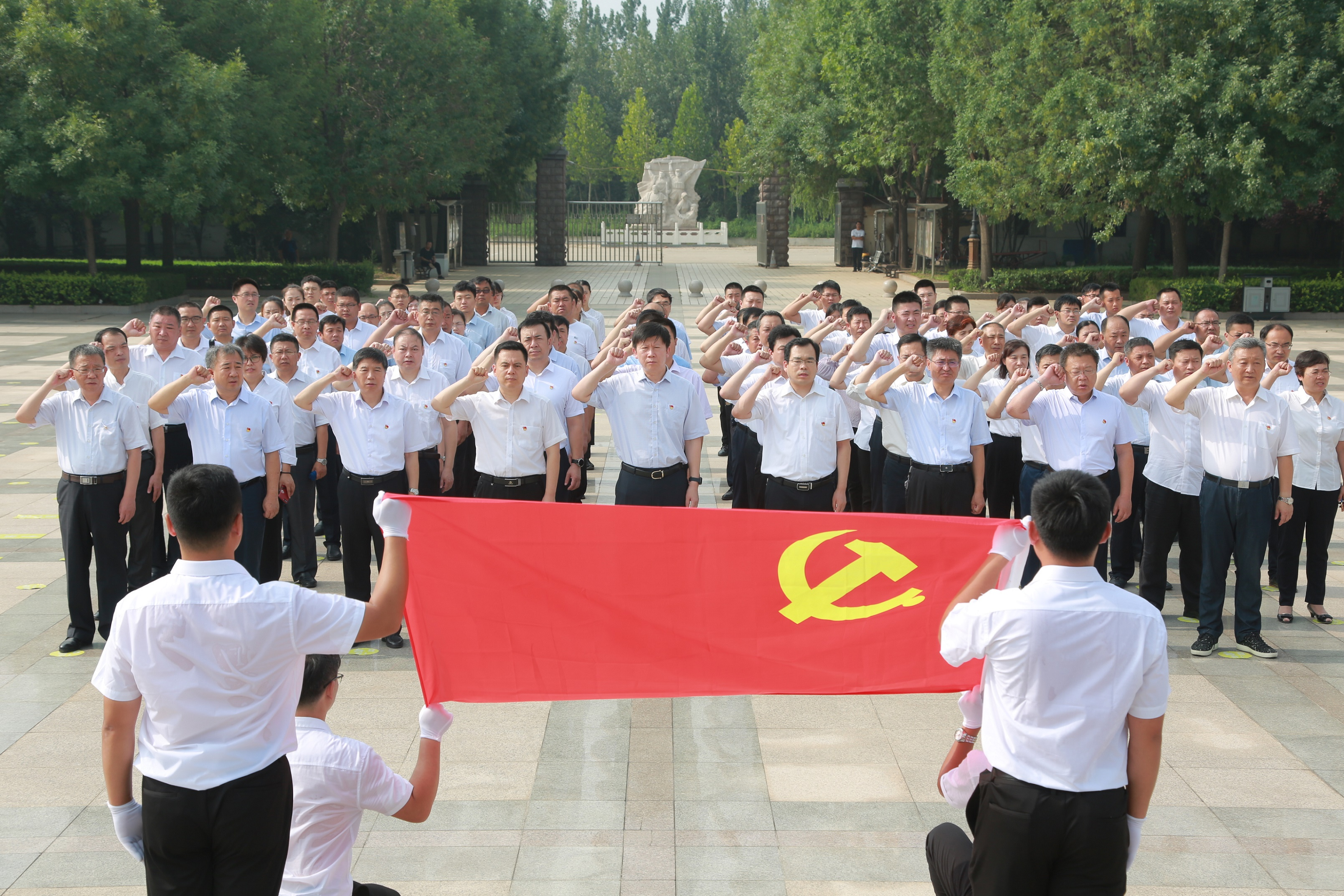 城投集团开展祭扫革命烈士陵园活动